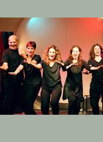 תמונה מתוך ההצגה המציגה את השחקנים שרים