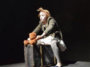 קלואי יושבת על ארגז מתוך ההצגה